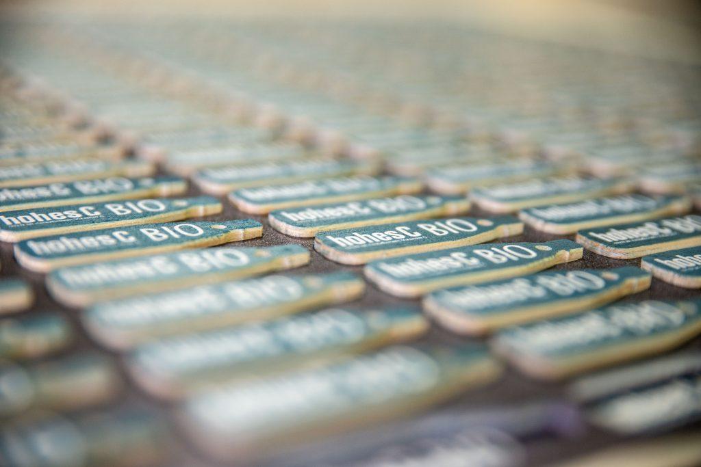 Schlüsselanhänger mit Weißdruck auf Pappelholz