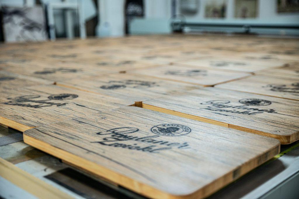 Bierkistenauflagen aus Holz für Paulaner im Eichenholz - Look