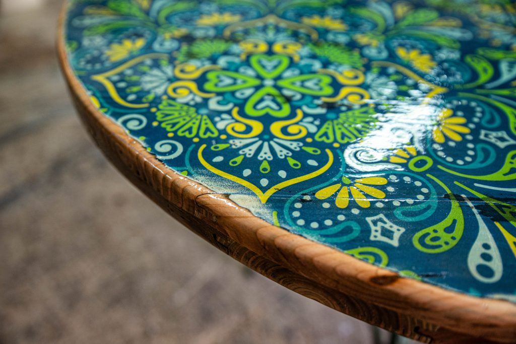 maßgeschneiderte Holzprodukte - bunt bedruckte Tischplatte