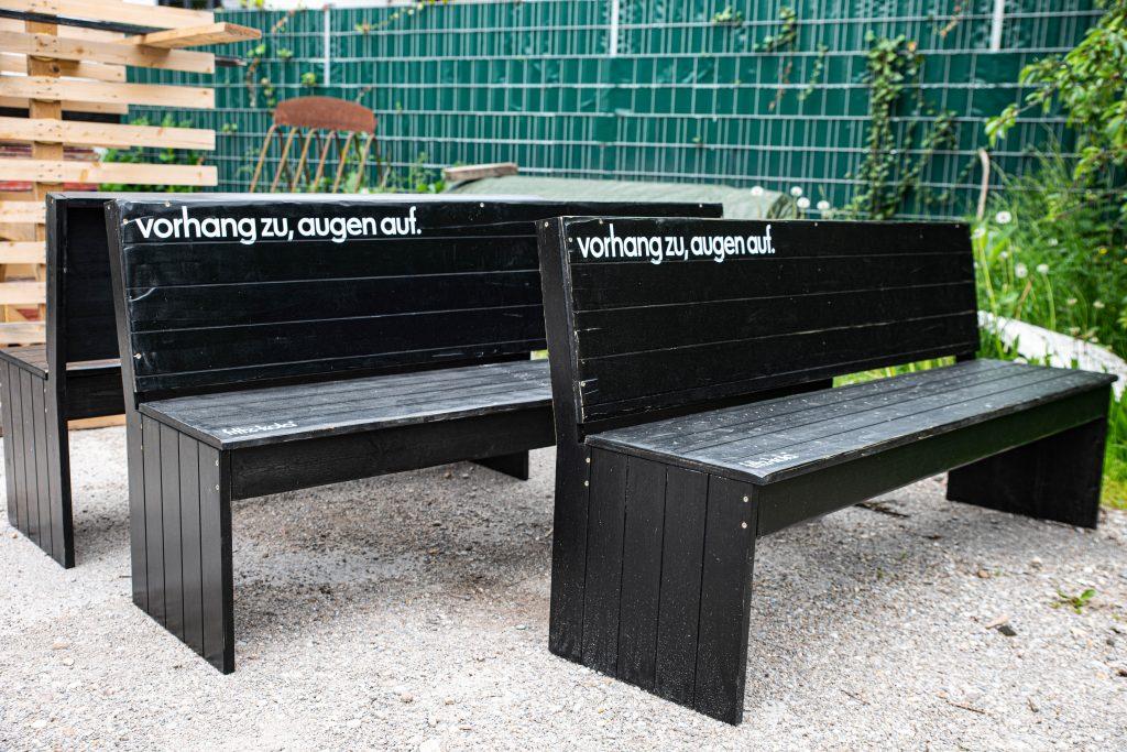 maßgeschneiderte Holzprodukte - Sitzbänke für Fritz-Kola