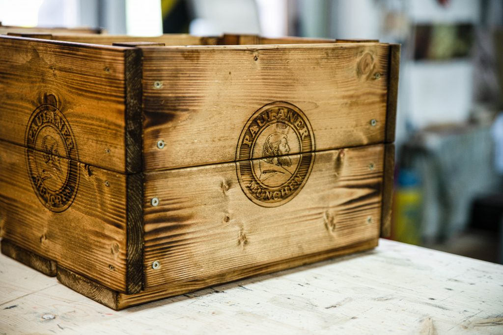 maßgeschneiderte Holzprodukte - Kiste mit Lasergravur für Paulaner
