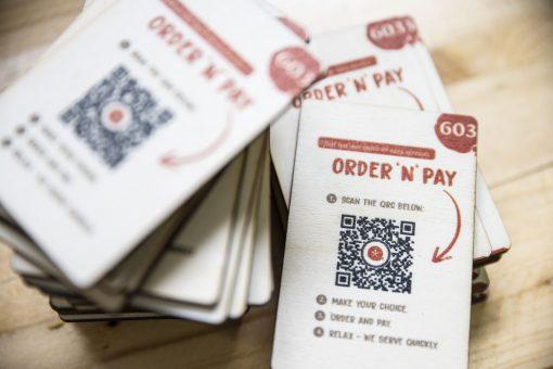 Speisekarte auf Holz - QR-Code - Karte auf Pappel