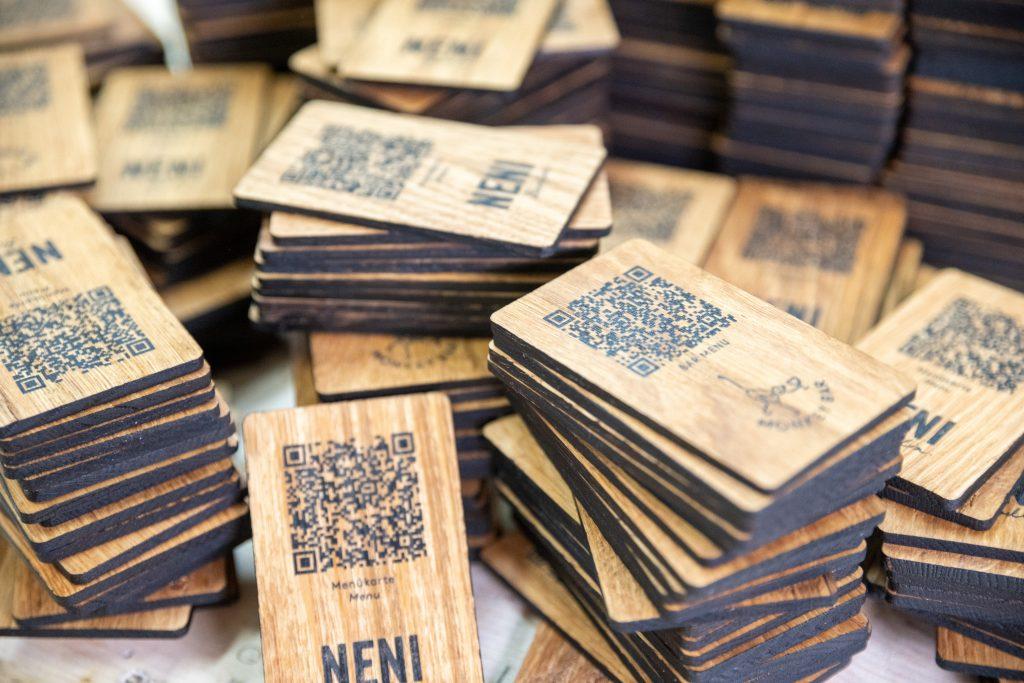 Speisekarte auf Holz - QR-Code - Karte auf Eiche