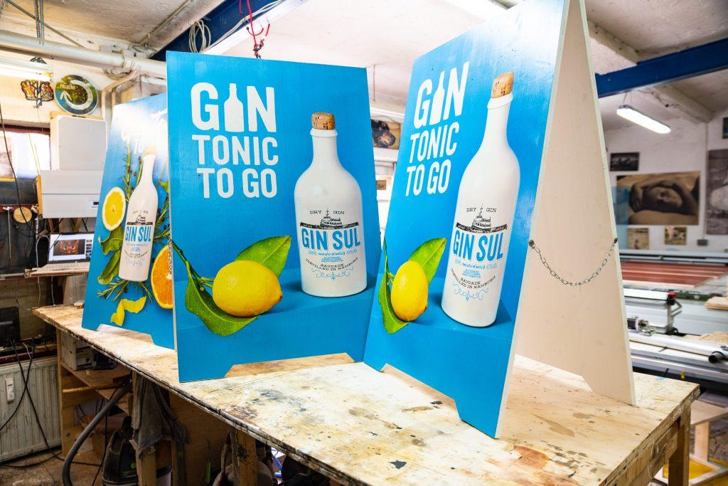 Kundenstopper in kräftigen Farben für Gin Sul