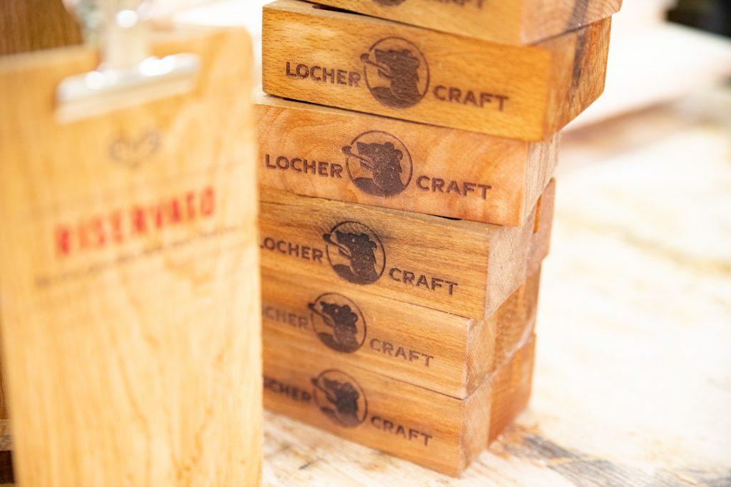 Tischaufsteller aus Holz Eiche Detail