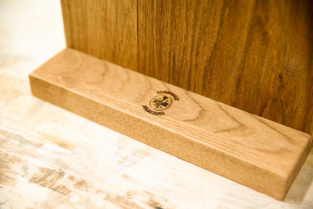 Tischaufsteller aus Holz - Lasergravur auf Aufsteller - Sockel aus Eiche