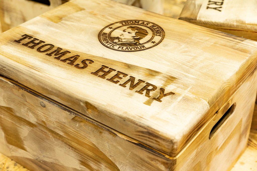 Holzkisten für Thomas Henry in einer Spezialbearbeitung